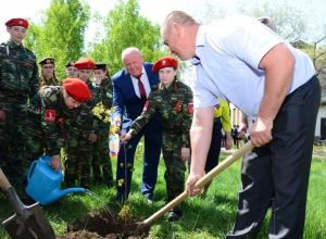 Глава Камышинского района Владимир Ерофеев вместе с жителями села Водно-Буерачное высаживал клен Победы