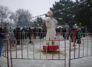 Камышане песнями и забавами провожают Масленицу в городском  парке