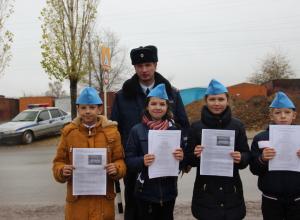 В Камышине дети вручают водителям письма с призывами о соблюдении ПДД