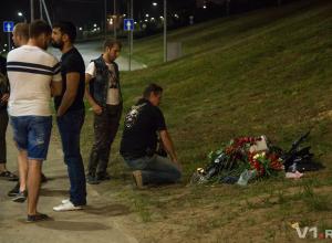 На месте гибели пары влюбленных байкеров их друзья из Волгоградской области оставили шлем и кладут к нему цветы