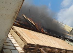 В Камышине в доме по улице Базарова предположительно взрывом в квартире вынесло ограждение балкона