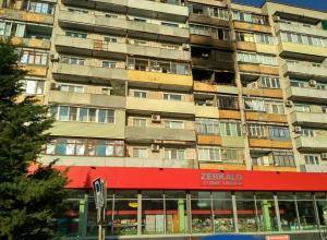 В доме №160 по улице Базарова после пожара владельцы пострадавших квартир  грузовиками вывозят обугленные вещи