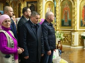 Губернатор Андрей Бочаров отстоял весь всенощный праздничный молебен в Казанском кафедральном соборе в Волгограде