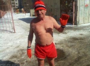 В Волгограде пенсионер в трусах взорвал интернет кроссом на 10-градусном морозе