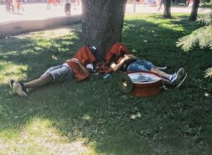 Фаны из Туниса так наплясались, что легли спать на набережной Волгограда на траве