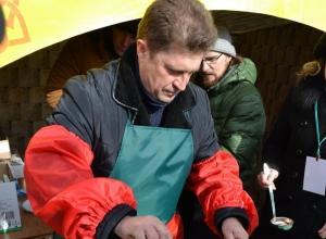 Камышане выложили в сеть фото главы администрации города Станислава Зинченко, пекущего блины на Масленице в парке