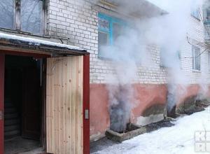 В центре Камышина в пятиэтажном доме загорелся подвал