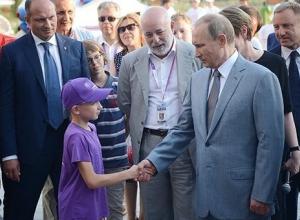 В дворовой хоккейной команде пятого микрорайона играет семиклассник из 19-й школы Камышина - собеседник Владимира Путина