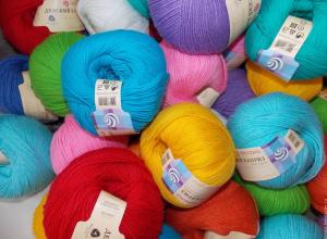Радуга красок  в магазине пряжи и рукоделия «Клубок» - полная свобода в создании вашего образа!