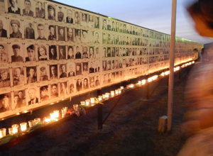 Море свечей у Стены памяти: камышане вспоминали погибших в Парке Победы