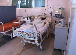 Камышинские врачи борются за жизнь девочки, распоровшей себе живот металлическим прутом