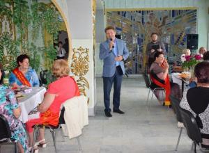 Глава администрации Камышина Станислав Зинченко приехал  к ветеранам-текстильщикам поздравить их с наступающим профессиональным праздником и попить вместе чаю