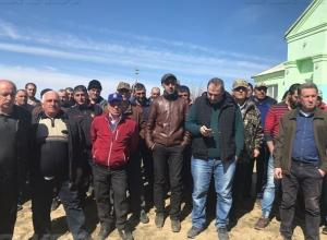 Жители села Усть-Погожье в соседнем с Камышинским Дубовском районе собрались «на бунт» против главы поселения