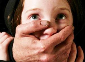 Экспертизы подтвердили, что 45-летний педофил превратил 10-летнюю падчерицу в маленькую секс-рабыню