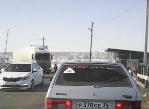 В Камышине на железнодорожном переезде возникла пробка из-за ремонтных работ блокирующего устройства