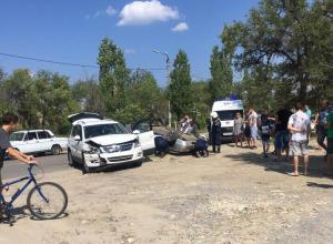 Женщина, зажатая в перевернувшейся легковушке во время аварии на улице Ленина в Камышине, была на большом сроке беременности