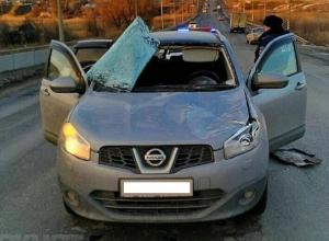 Ледовый «булыжник» с фуры проломил крышу легковушке и голову водителю в Волгограде