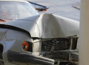 Пьяный камышанин угнал автомобиль и, пытаясь скрыться от сотрудников ДПС, врезался в столб