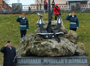 Рядовые камышане положили скромные букеты к памятнику морякам и речникам на набережной города