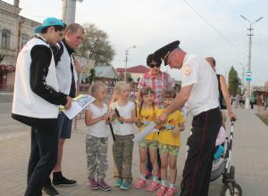 Сотрудники ГИБДД Камышина вышли на улицы города с акцией «Со светоотражателем безопаснее!»