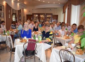 По случаю Дня российского предпринимательства оставшийся «в живых» бизнес Камышина собрался за столами - на непосвященный взгляд, чайными