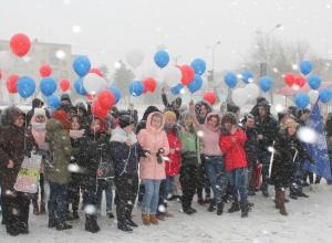 Несмотря на метель, молодые камышане провели у ДК «Текстильщик» флешмоб «Россия+Крым»