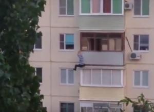 В Камышине очевидцы сняли на видео падение мужчины с балкона