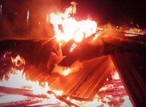 Под Камышином в пожаре сгорело 35 метров забора