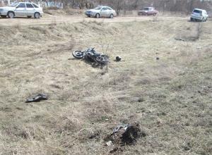 Мотоциклист улетел вместе с перевернувшимся мотоциклом на кладбище и чудом не остался там навсегда