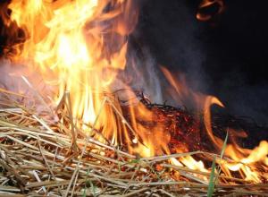 В Камышинском районе сгорела хозпостройка, а в Камышине - стог сена