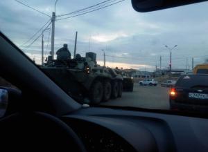 По камышинским улицам проследовала колонна военной техники под российскими флагами