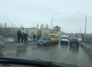 Бородинский мост в Камышине сковала пробка: в ДТП попали сразу три автомобиля