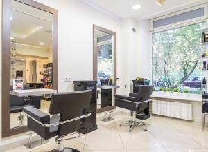 В Камышине парикмахер при виде клиентов каталась в кресле с телефоном, не поднимая головы
