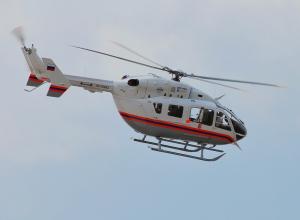 Медицинский вертолет прилетал на левый берег Волги за пассажиром легковушки, врезавшейся в трактор
