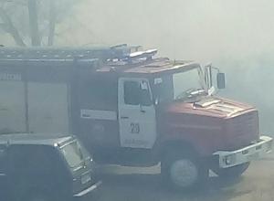 В Камышине в районе элеватора горит трава и камыш, дымом заволокло весь северо-запад города