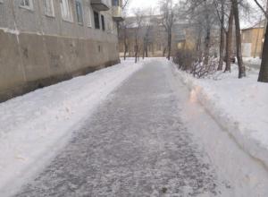 Камышане взывают в соцсетях: посыпьте тротуар-каток, ведь не с песком же в кармане по нему пробираться?