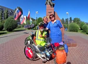В Камышине у памятника Алексею Маресьеву сделал остановку участник акции «Шоссе мира»