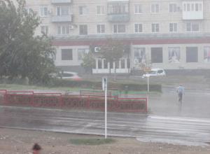В Камышине гром, молния и ливень застали людей на улице