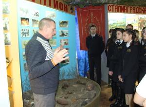 Школьники из полицейских классов подержали в руках «горячие» экспонаты Камышинского клуба «Сталинград»