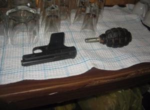 В Камышине посетитель кафе размахивал пистолетом и гранатой: 40 человек эвакуировано