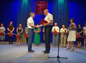 В День медицинского работника на сцену Камышинского драмтеатра поднялись лучшие «люди в белых халатах»