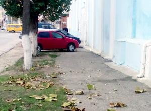 Куда стадо туда и я: в Камышине забыли как парковаться по-человечески