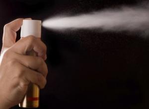 Разбойник кавказской внешности вошел в магазин в Камышине, брызнул в лицо продавщице из газового баллончика, схватил деньги из кассы и скрылся