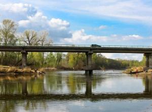 Пенсионер потерял равновесие на мосту, упал в речку и погиб по дороге на дачу