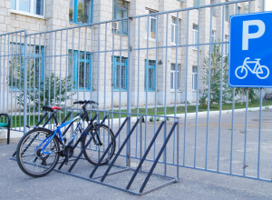 У Камышинского технологического института велостоянки свободны, а автопарковки забиты
