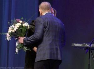 Представительниц прекрасной половины Волжского растрогал поцелуй и букет мэра Игоря Воронина для певицы Алены Апиной