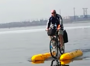 Житель Волгоградской области сконструировал водный велосипед и прокатился на нем по Волге