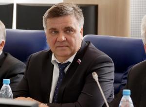 Поддержка «драконовской» пенсионной реформы, соавтором которой выступил депутат камышан Юрий Корбаков, успешно прошла первое чтение