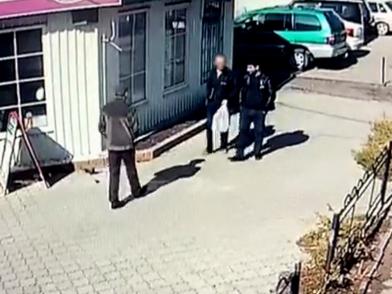 Негодяи подменили деньги нездоровому парню на купюры «банка приколов»