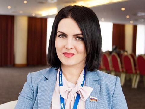 Депутат камышан в Госдуме Анна Кувычко съездила к сельским медсестрам в камышинскую глубинку и подарила им чайники